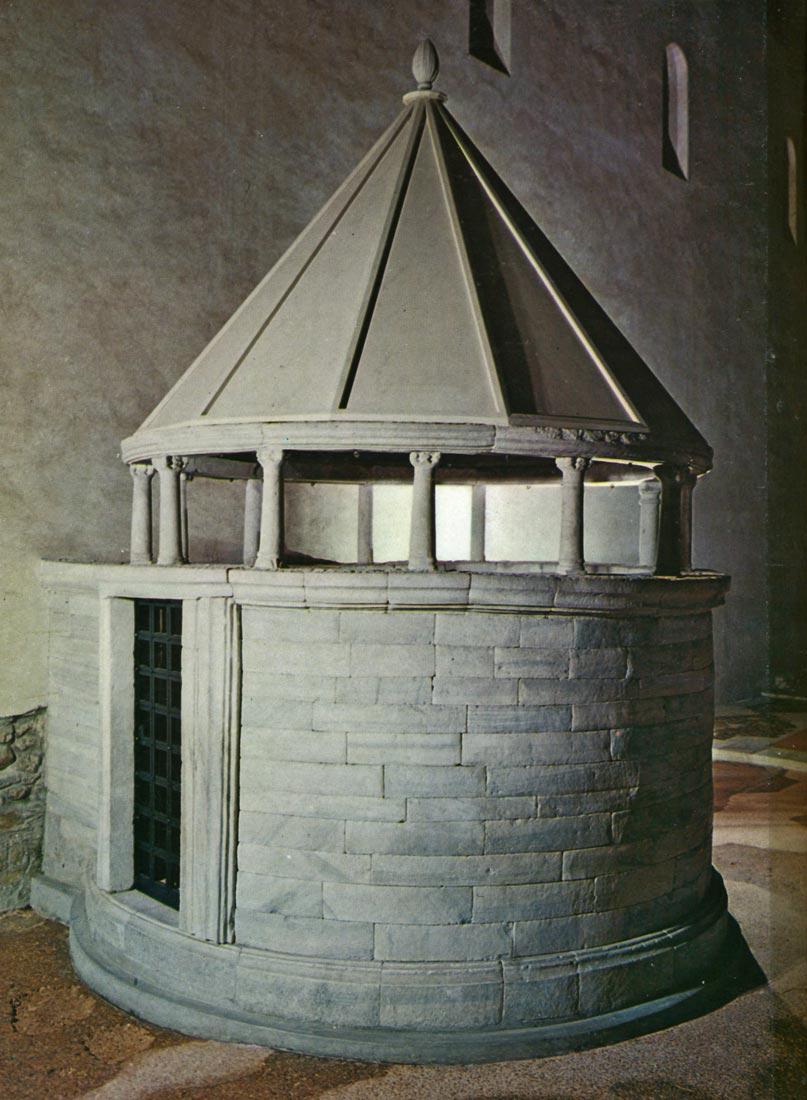 Liturgisten draamojen fokus suuntautui Kristuksen haudan kopioon. Aquileian basilika, 1100-luku, Italia [Cesare Molinari. Theatre through the Ages. London, 1975]