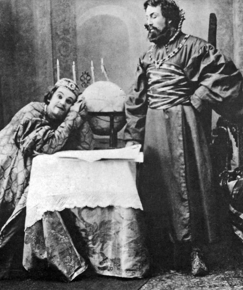 Stanislavskin ohjaus Aleksei Tolstoin näytelmästä Tsaari Fjodor, Moskovan Taiteellinen Teatteri 1889. [Bakhrushin teatterimuseo, Moskova, Cesare Molinari: Theatre through the Ages. 1975]