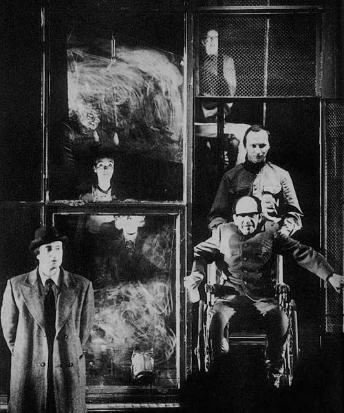 Taganka-teatteri valmisti järjestelmän kannalta hankalia esityksiä kaiken aikaa. Juri Trifonovin romaani Talo Rantakadulla (1980) antoi pohjan esitykselle, jossa käsiteltiin puhdistuksia puolue-eliitin asuintalon näkökulmasta. Simultaaninen näyttämökuva ja eri aikatasot luontuivat siihen hyvin. [Le théâtre. Bordas 1989]