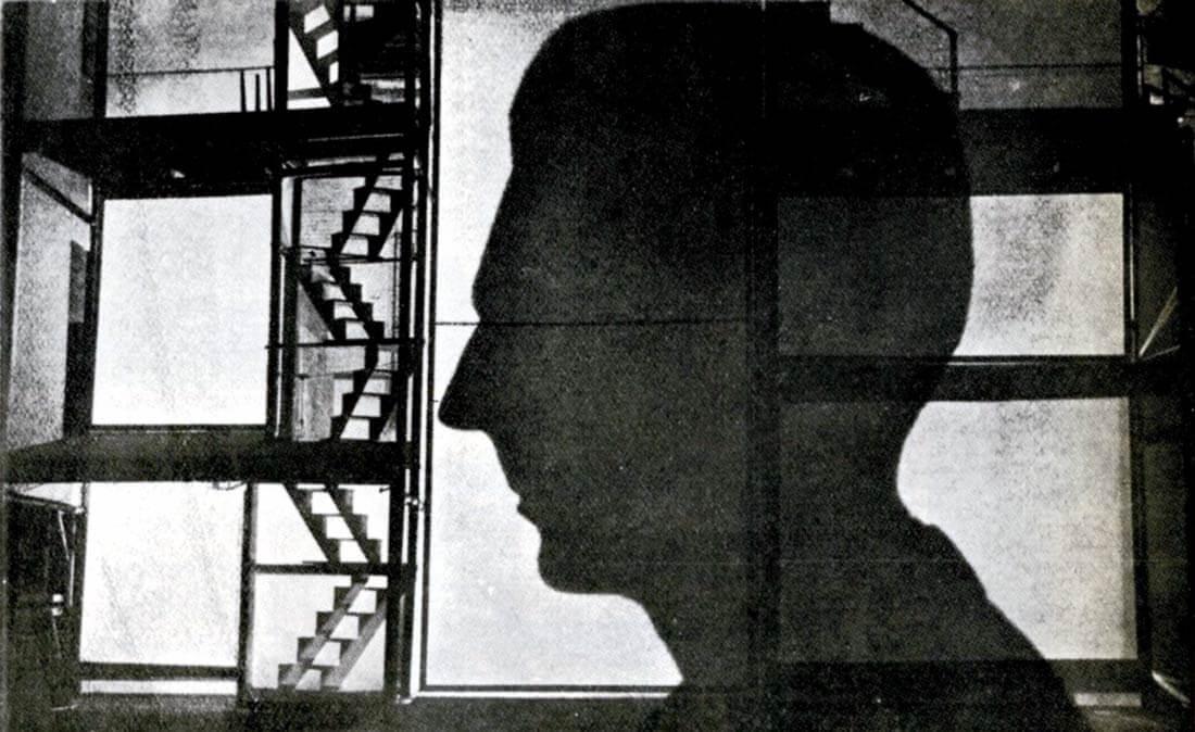 Piscatorin lavastus Erns Tollerin näytelmään Hoplaa, me elämme. 1927, Berliini [Erwin Piscator. Das politische Theater (toim. Ludwig Hoffmann). Berlin 1968]