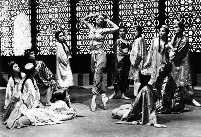 Bahtshisarain suihkulähde, keskellä Margaretha von Bahr, koreografia Rostislav Zaharov, ensi-ilta Oopperassa 1956 [Tv-Kuva/Tuomi, Suomen Kansallisoopperan arkisto]