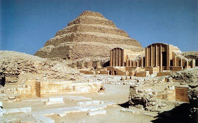 Kuningas Zoserin porraspyramidi, n. 2700 eaa. [Sakkara, Egypti]