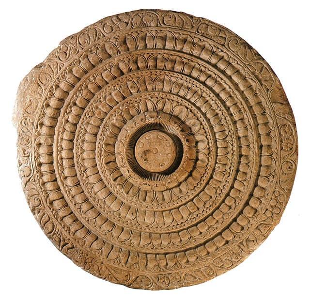 Lootusaihe Amaravatin pyhäinjäännöskummun kiviaidasta, Etelä-Intiasta, 100–200-luvut [British Museum, Lontoo]