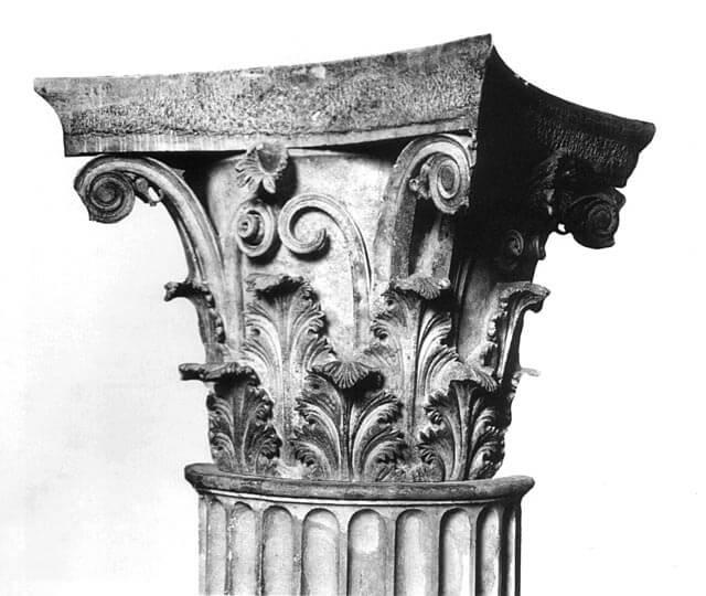 Korinttilainen kapiteeli eli pylväänpää, n. 350 eaa. [Arkeologinen museo, Epidauros]