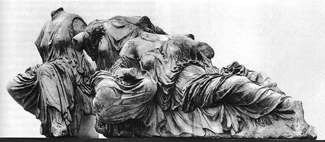 Kolme jumalatarta, Parthenonin itäisestä päätykolmiosta, n. 438–432 eaa. [British Museum, Lontoo]